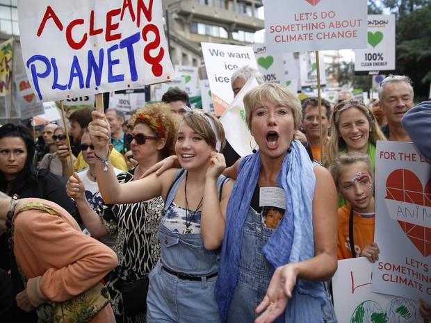 A atriz Emma Thompson e sua filha Gaia participam da marcha pelo clima no Centro de Londres neste domingo (21) (Foto: Reuters/Luke MacGregor)