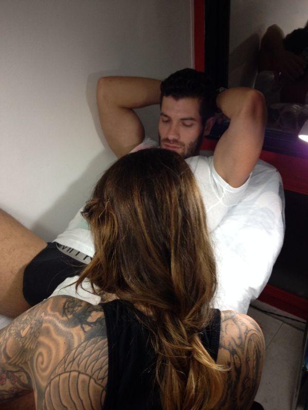 Roni, ex-bbb faz tatuagem (Foto: Divulgação)