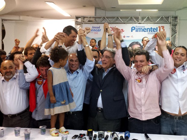 Lideranças políticas comemoram vitória de Pimentel (Foto: Humberto Trajano / G1)