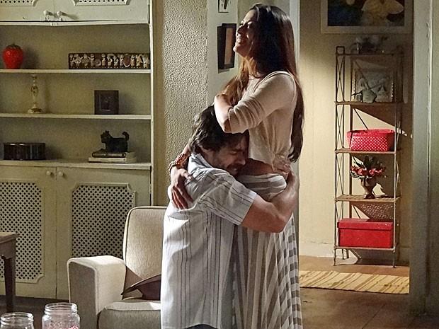 Tobias abraça Jacira ao saber que ela está grávida (Foto: Amor Eterno Amor/TV Globo)