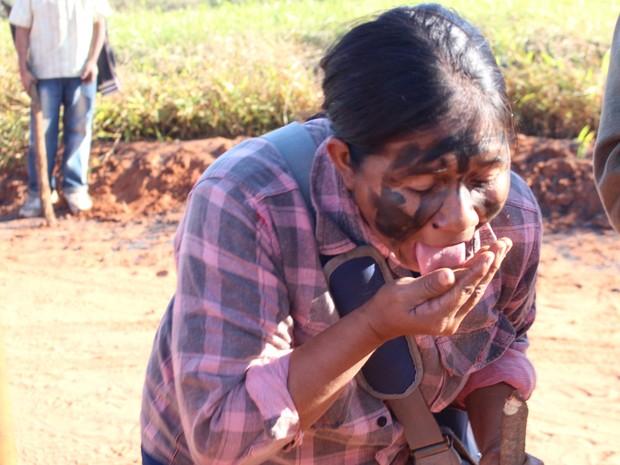 Guarani-kaiowá lambe terra em sinal de que índios vão lutar por área até o fim em Caarapó, MS (Foto: Gabriela Pavão/G1 MS)