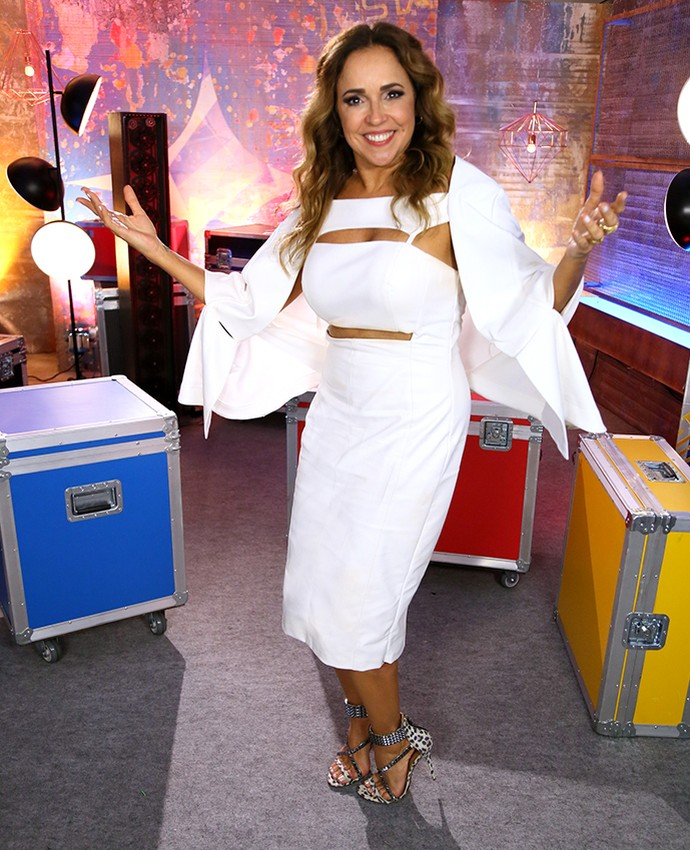 Daniela Mercury chegou com um branquinho todo estiloso (Foto: Isabella Pinheiro/Gshow)