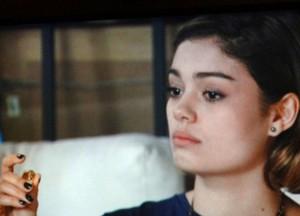 Amora vê anel e reconhece que é mesmo igual ao seu (Foto: Sangue Bom / TV Globo)