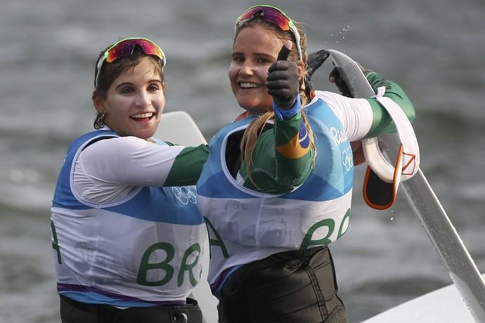 Martine Gral e Kahena Kunze, ouro vela Rio 2016 (Foto: Reuters)