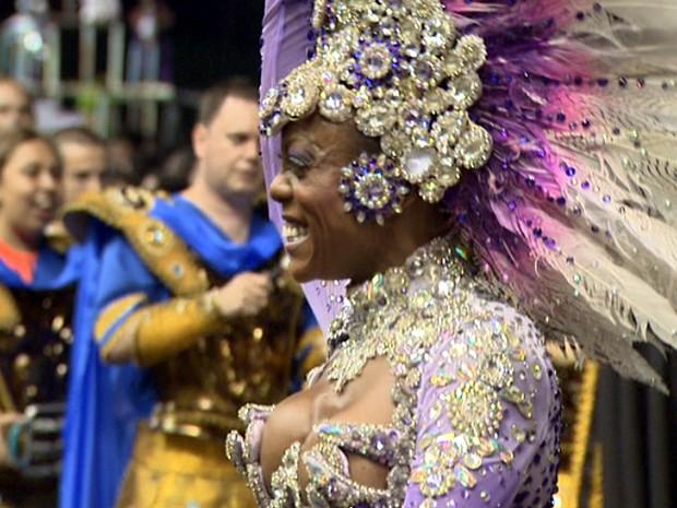 Integrante de escola de samba desfila em Paulínia (Foto: Reprodução / EPTV)