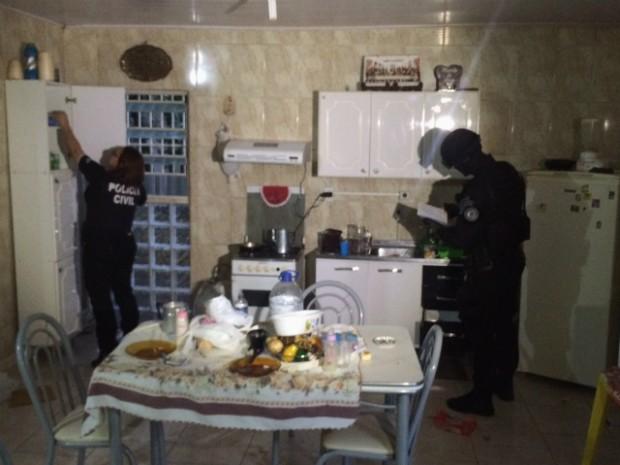 Agentes conferem documentos e procuram por drogas em residência de São Leopoldo (Foto: Fábio Almeida/RBS TV)