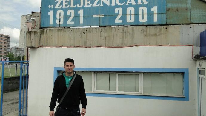 torcedor Željeznicar estádio fuzilado (Foto: Alexandre Lopes)