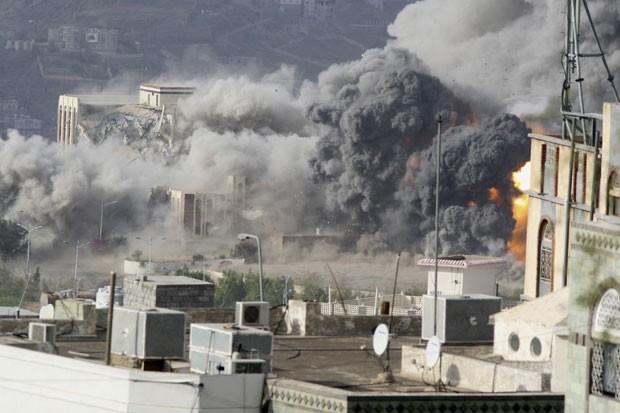 Fumaça sai de Palácio Republicano após bombardeio nesta sexta-feira (17) em Taiz (Foto: Reuters)