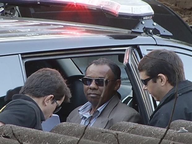 Maurílio Arruda chegou algemado na delegacia da PF (Foto: Reprodução / Inter TV)