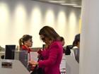 Fernanda Souza usa shortinho e mostra pernões no aeroporto
