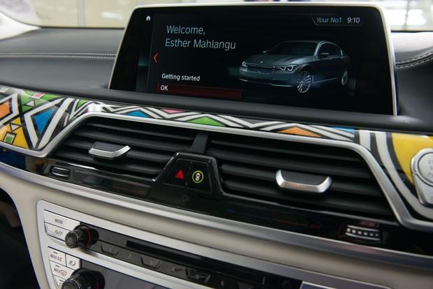 Na África do Sul, BMW ganha assessórios pintados por Esther Mahlangu (Foto: Divulgação)