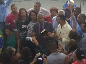 Com bílbia em mãos, Sargento Isidório foi oficializado como candidato a prefeito de Salvador (Foto: Georgina Maynart/TV Bahia)