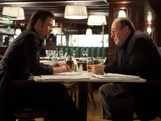 Brad Pitt e James Gandolfini em 'O Homem da Máfia', de 2012 (Foto: Divulgação)