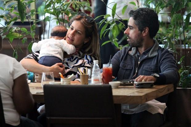Nivea Stelmann e marido em restaurante na Barra da Tijuca, RJ (Foto: Johnson Parraguez / FotoRioNews)