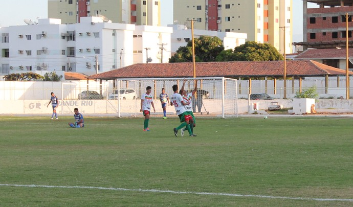Comemoração do gol de empate do Petrolina  (Foto: Magda Lomeu)