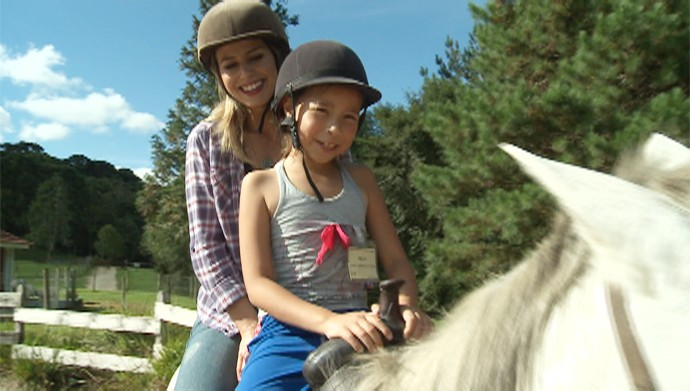 Daiane Fardin andou a cavalo na Vila dos Animais (Foto: Reprodução/RPC)
