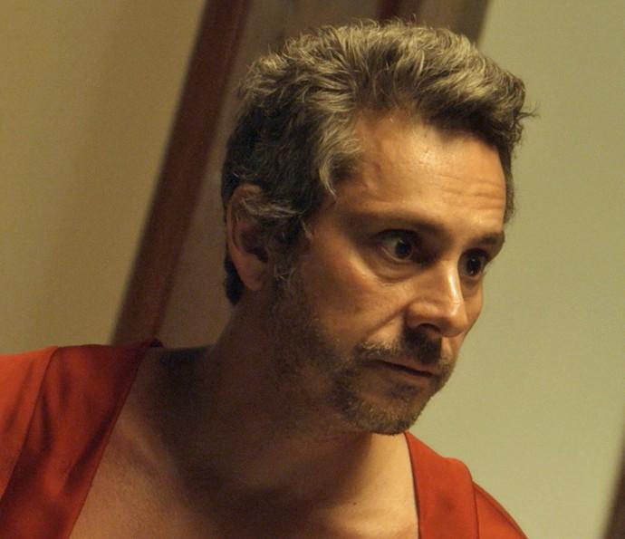 Romero fica preocupado ao saber que Tóia se entregou à polícia (Foto: TV Globo)