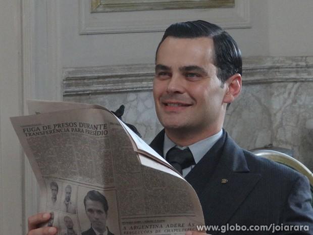 Manfred ainda entrega para Amélia o convite de casamento de Gertrude e Ernest (Foto: Joia Rara/TV Globo)