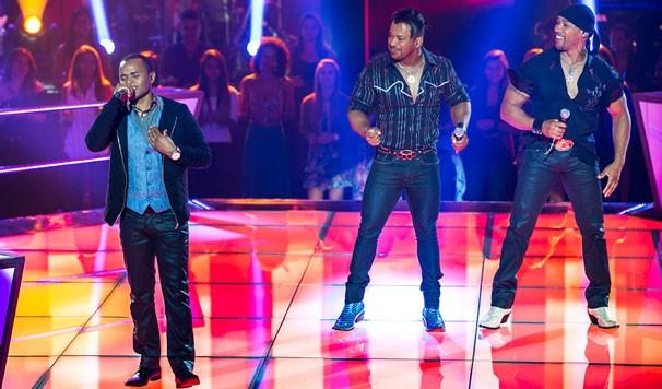 Herli Dias e a dupla Angelo e Ângel cantam 'Vidro Fumê' no palco do The Voice (Foto: Isabella Pinheiro/TV Globo)