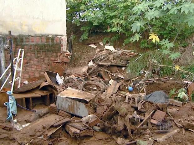 Muro de casa desabou durante a chuva em São Pedro e lama invadiu local (Foto: Reprodução/EPTV)