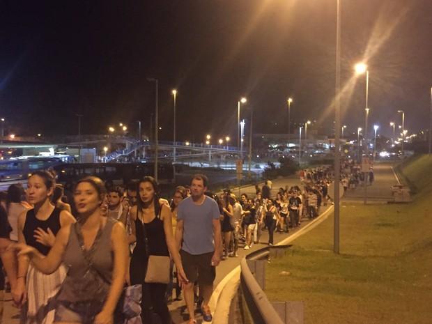 Na parte de cima do Terminal Alvorada a fila também é longa, mas anda. O terminal na Barra é acesso para quem vai ao Rock in Rio de BRT (Foto: G1)