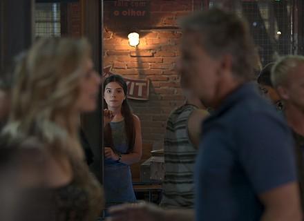 Lenita acoberta Milena, que vai ao Rota 94 escondida do pai