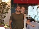 Luana Piovani e Pedro Scooby trocam chamegos em shopping