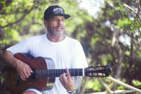 Maurício Mattar prepara turnê em comemoração aos 20 anos de carreira como músico (Foto: Anderson Barros / EGO)