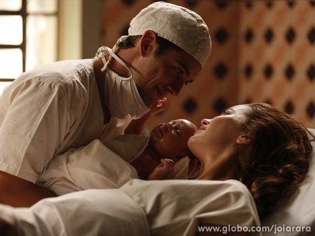 Sílvia dá à luz e confessa a Viktor que ele é o pai da criança (Foto: Inácio Moraes / Tv Globo)