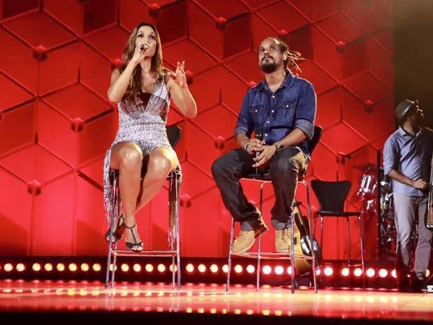 Hélio Bentes, do grupo Ponto de Equilíbrio no palco com Ivete, em Trancoso (Foto: Rafa Mattei/Divulgação)
