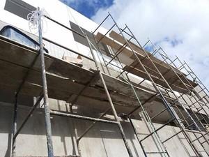 Operário se feriu ao cair do terceiro andar de prédio em obras em João Pessoa (Foto: Walter Paparazzo/G1)
