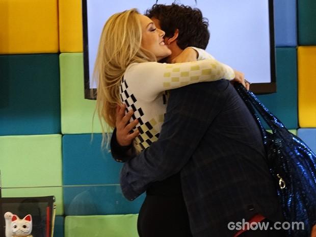 Megan abraça e beija Davi com empolgação, e Manu vê tudo! (Foto: Geração Brasil / TV Globo)