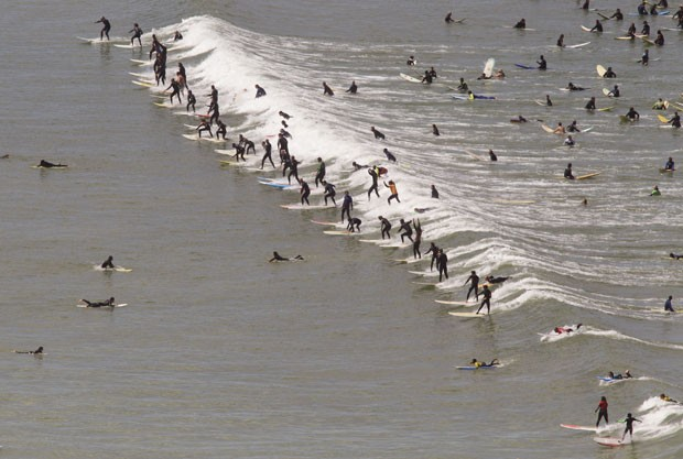Surfistas falharam na tentativa de quebrar o recorde para o maior número de pessoas pegando a mesma onda. (Foto: Schalk van Zuydam/AP)