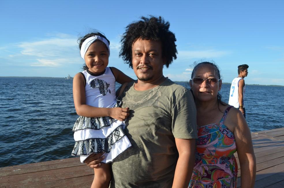Este ano, o servidor público e a família acompanharam a procissão em terra firme (Foto: Geovane Brito/G1)