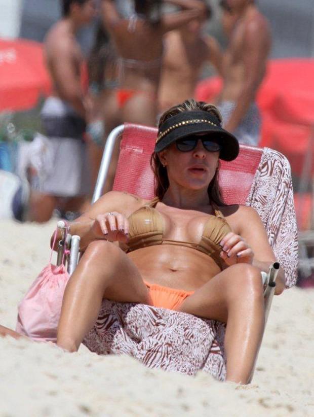 Joana Machado na praia com o filho (Foto: Andre Freitas  / Agnews)