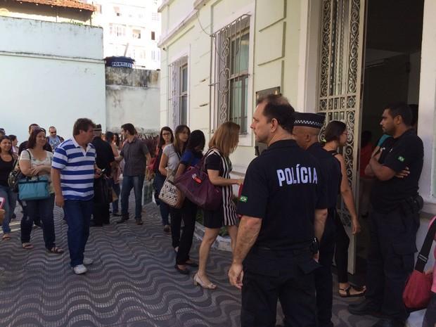 Policiais civis entraram na prefeitura de São Vicente (Foto: Solange Freitas/TV Tribuna)