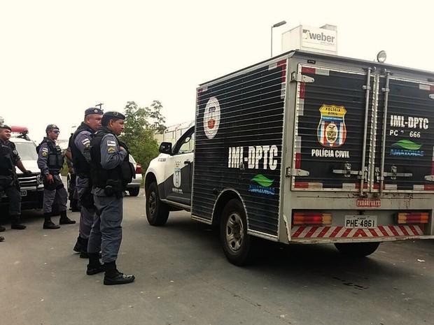 Carro do IML chega a unidade prisional (Foto: Suelen Gonçalves/G1 AM)