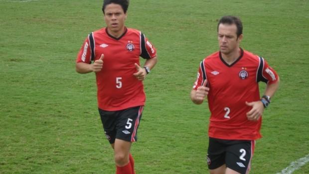 Renan Teixeira e Rafael correm no CT do Caju (Foto: Fernando Freire/GLOBOESPORTE.COM)