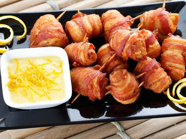 BICHO CARPINTEIRO -  Pau no redondo: Porção de medalhão de frango com recheio de queijo brie, envolto em tira de bacon temperado na cerveja. Acompanha molho de laranja. R$ 24.90. (Foto: Marcos Pinto / Divulgação CdBRJ)