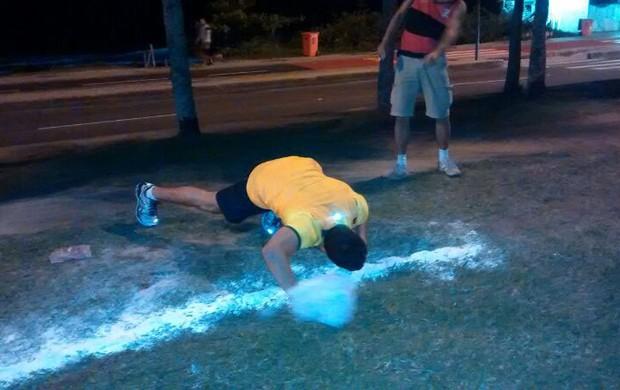 Torcedores brasileiros provocam argentinos em frente a hotel na barra da tijuca