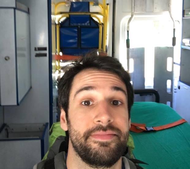 Rodrigo fez foto dentro da ambulância que o levou para o aeroporto depois da internação em Cuba (Foto: Rodrigo Tolosa Carlan/Arquivo pessoal)