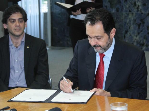 O governador do DF, Agnelo Queiroz, assinando documento (Foto: Glaucya Braga/Agência Brasília)