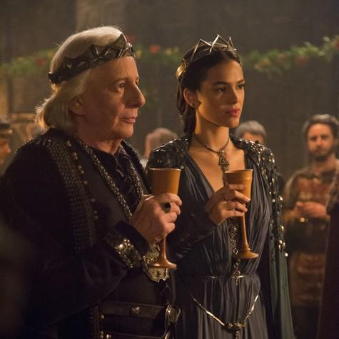 Marco Nanini e Bruna Marquezine em cena de 'Deus salve o rei' (Foto: Marília Cabral/TV Globo)