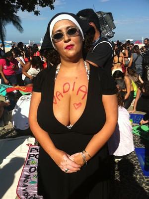 Rogéria Peixinho se vestiu de freira para o protesto (Foto: Christiano Ferreira / G1) (Foto: Christiano Ferreira / G1)