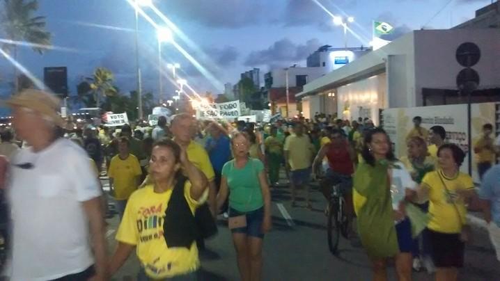 Manifestantes caminham em direção ao Hotel Tambaú, em João Pessoa (PB)