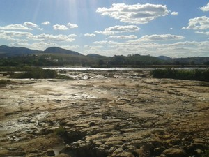 Parte do rio, que passa debaixo de uma ponte, está totalmente seca. (Foto: Douglas Oliveira)