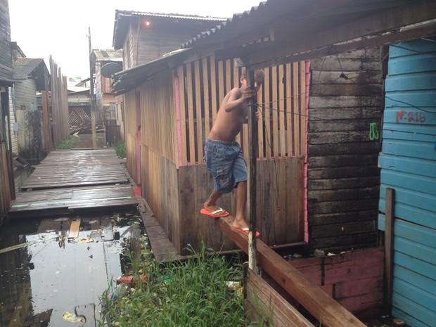 Travessia em pontos só se dá equilibrando entre casas vizinhas (Foto: John Pacheco/G1)