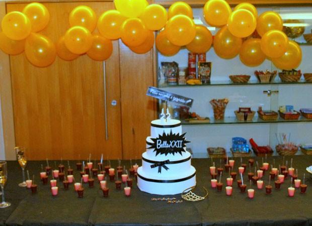 Detalhes da mesa de bolo e docinhos (Foto: Delson Silva/AgNews)