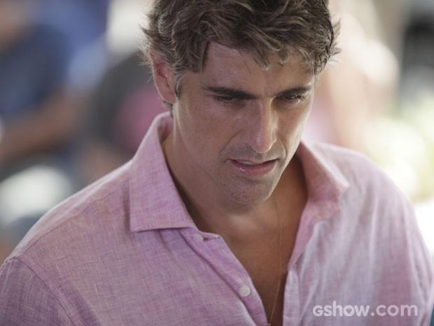 A primeira vez que Cadú passa mal, ele tem falta de ar e sua muito (Foto: Pedro Curi/TV Globo)