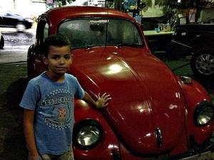 Iann e o carro em 2013, logo que após a compra (Foto: Arquivo Pessoal)